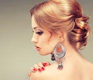 Modelo con el peinado elegante Imágenes de archivo libres de regalías