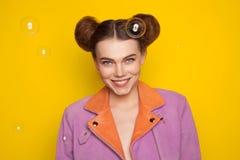 Modelo con el peinado que presenta en burbujas de jabón Imagen de archivo libre de regalías