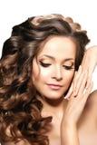 Modelo con el pelo largo Peinado de los rizos de las ondas Salón de pelo Updo f fotografía de archivo libre de regalías