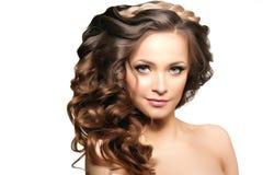 Modelo con el pelo largo Peinado de los rizos de las ondas Salón de pelo Updo f imagenes de archivo