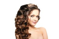 Modelo con el pelo largo Peinado de los rizos de las ondas Salón de pelo Updo f fotos de archivo libres de regalías