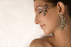 Modelo con joyería en la opinión del perfil Imagen de archivo libre de regalías