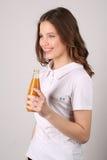 Modelo con la botella de jugo Cierre para arriba Fondo blanco Imagen de archivo