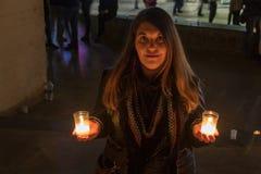 Modelo con la chaqueta negra en foto de la noche con las velas imagen de archivo