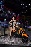 Modelo con la motocicleta de Honda Zoomer x imagenes de archivo