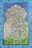 Modelo con las flores y los pájaros del bosque en la teja en la pared en Irán Imagen de archivo libre de regalías