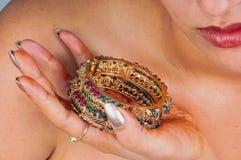 Modelo con las pulseras de oro Imágenes de archivo libres de regalías