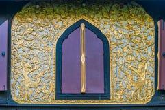 Modelo con las ventanas talladas de casas viejas. Imagenes de archivo
