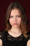 Modelo con maquillaje Cierre para arriba Fondo rojo oscuro Fotos de archivo libres de regalías
