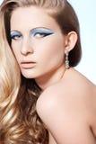 Modelo con maquillaje de la manera, pelo rizado rubio largo Fotos de archivo libres de regalías
