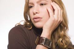 Modelo con un reloj Foto de archivo libre de regalías