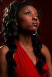 Modelo confidente vestido rojo Imagenes de archivo