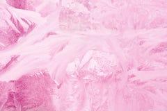 Modelo congelado en el vidrio de la ventana en el invierno y teñido en rosa fotografía de archivo libre de regalías
