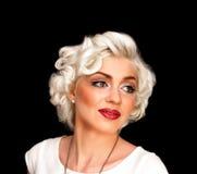 Modelo consideravelmente louro da menina como Marilyn Monroe no vestido branco com bordos vermelhos imagens de stock