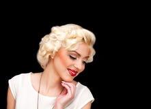 Modelo consideravelmente louro da menina como Marilyn Monroe no vestido branco com bordos vermelhos imagem de stock
