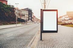 Modelo da bandeira da informação da cidade na rua do pavimento Foto de Stock