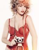 Modelo da beleza com câmera Imagens de Stock Royalty Free