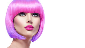 Modelo da beleza com cabelo cor-de-rosa curto imagens de stock royalty free