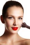 Modelo da beleza com escova da composição Brilhante compense pelo woma moreno foto de stock