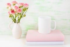 Modelo da caneca de café com livros e as rosas cor-de-rosa Fotografia de Stock Royalty Free