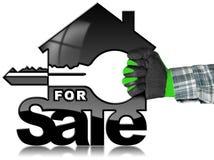 Modelo da casa com chave - para a venda Fotos de Stock Royalty Free