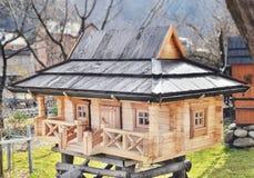 Modelo da casa de madeira, uma casa de campo nos Carpathians Yaremche, Ucrânia Fotografia de Stock