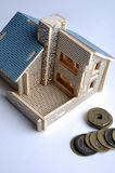 Modelo da casa e moeda de cobre envelhecida Imagem de Stock