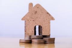 Modelo da casa e pilha das moedas para que salvar compre uma casa imagens de stock royalty free