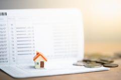 Modelo da casa na caderneta bancária do banco imagens de stock