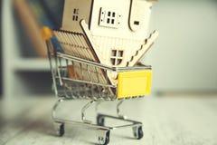 Modelo da casa na cesta foto de stock royalty free