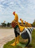 Modelo da galinha, decorado em um jardim Foto de Stock