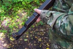 Modelo da máquina nas mãos das operações táticas durante a luta foto de stock