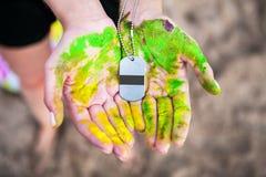 Modelo da medalha nas mãos do participante da competição fotos de stock