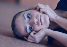 Modelo da menina com bons cosméticos e agradável atrativos, brilho, relance apaixonado Fotos de Stock