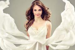 Modelo da menina em um vestido de casamento branco foto de stock