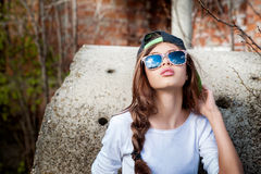 Modelo da menina na rua que olha acima no céu Imagens de Stock Royalty Free