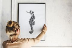Modelo da moldura para retrato com um desenho do cavalo marinho fotos de stock