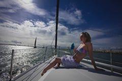 Modelo da mulher no Sailboat Imagem de Stock Royalty Free
