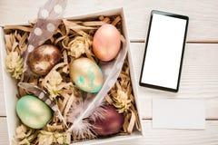 Modelo da Páscoa Caixa com ovos e telefone na tabela Imagem de Stock Royalty Free