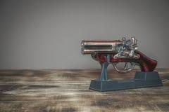 Modelo da pistola velha usado na história foto de stock