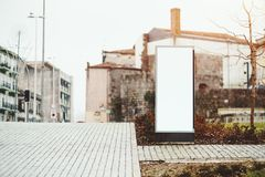 Modelo da placa informativa estreita na rua da cidade Foto de Stock Royalty Free