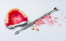 Modelo das dentaduras da cera tabela do local de trabalho do técnico dental Fotos de Stock Royalty Free