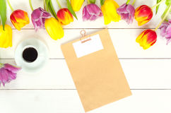 Modelo das tulipas na madeira branca Fotos de Stock