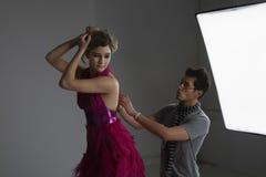 Modelo de Adjusting Dress On del diseñador Foto de archivo libre de regalías