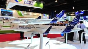 Modelo de Airbus A320 neo e A330 na exposição em Singapura Airshow Imagens de Stock Royalty Free
