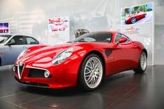 Modelo de Alfa Romeo 8C Competizione na exposição no museu histórico Alfa Romeo imagens de stock