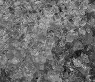Modelo de algunos cristales de cristal machacados en el primer macro, un fondo blanco y negro de la textura imagen de archivo libre de regalías
