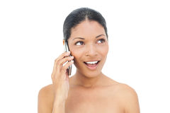 Modelo de cabelo preto alegre no telefone Fotos de Stock Royalty Free