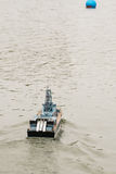Modelo de controle remoto do barco militar que corre adiante Imagens de Stock
