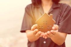 Modelo de Copyspace de uma casa pequena que a mulher a guarda fundo fotos de stock